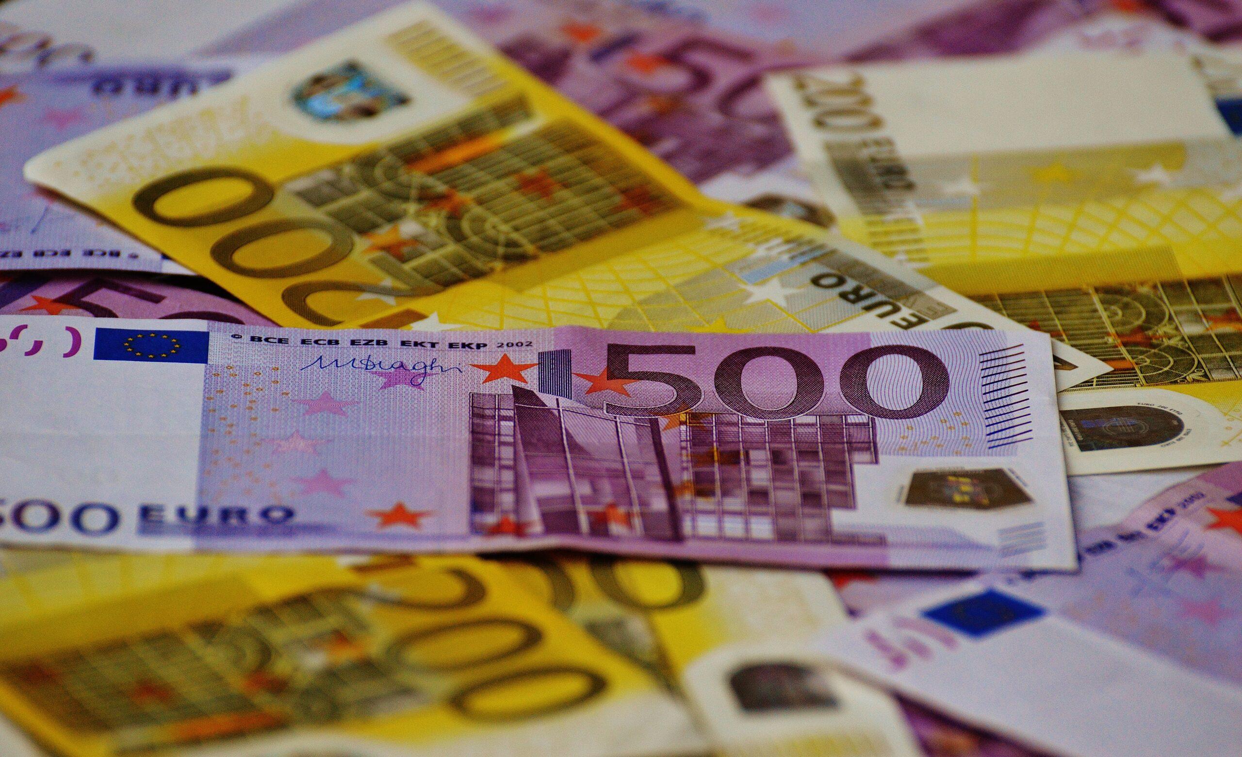 Vemos várias notas de dois tipos: 200 euros e 500 euros, remetendo a diferença entre investidor qualificado e investidor profissional.