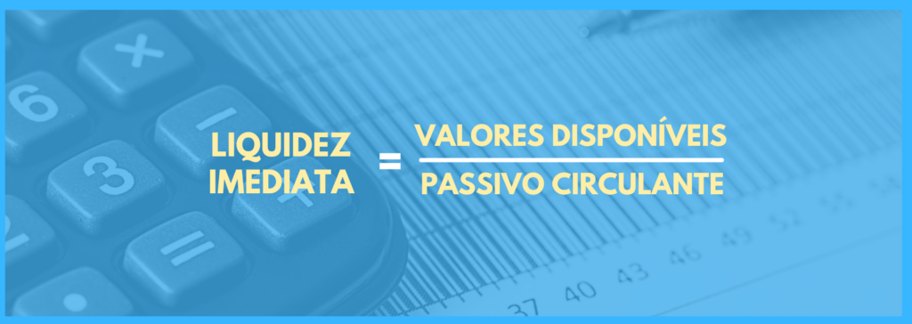 Vemos uma imagem com uma equação que é: valores disponíveis dividido por passivo circulante