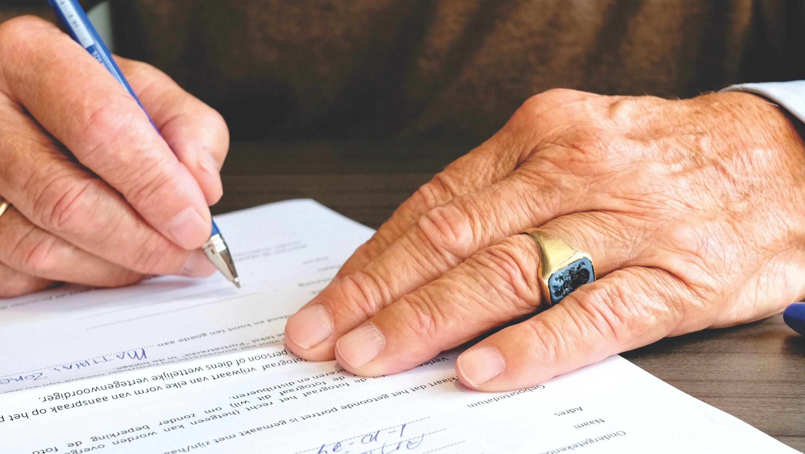 Securitização: Homem assinando documento