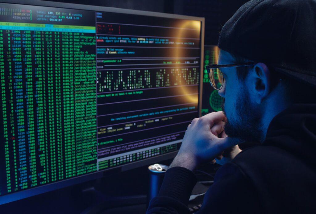 Vemos um homem observando um computador com várias informações, fazendo referência às ações.