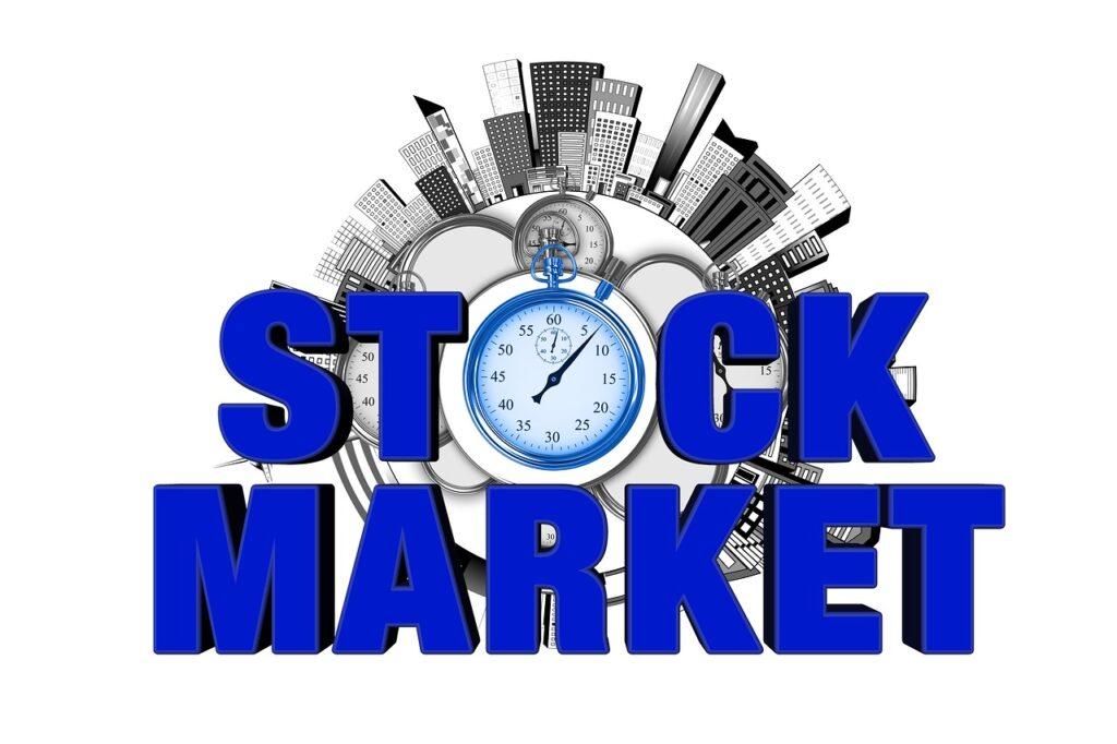 """A imagem tem escrito stock market em destaque. O """"o"""" de """"stock"""" é em formato de um relógio. Em volta dessas palavras, há um círculo em que estão desenhados prédios nas bordas. Ela representa o after market da bolsa de valores"""