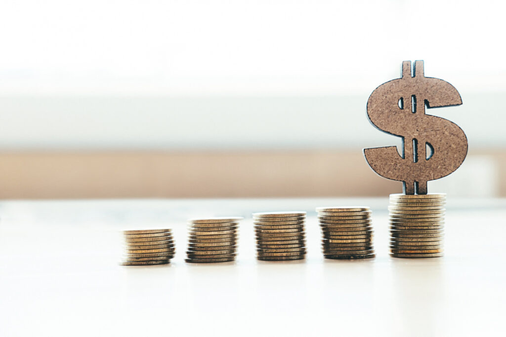 a imagem tem 4 pilhas de moedas crescentes. Na mais alta, tem um cifrão representando os ganhos do CDI
