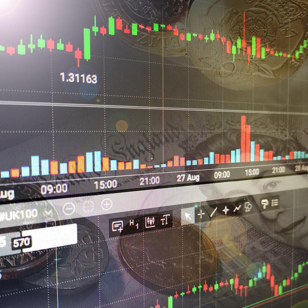 Tela de computador com gráficos de day trade