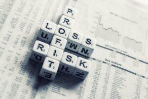 Anagrama que forma as palavras loss, risk e profit, representando perdas, riscos e ganhos do mercado futuro