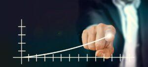 Dedo de executivo traça uma linha crescente em um gráfico mostrando os ganhos da renda fixa