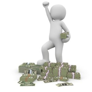 Boneco branca levanta o braço em sinal de vitória e segura um maço de dinheiro, além de estar sobre uma pilha de dinheiro devido aos ganhos na renda fixa