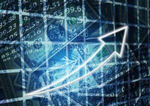 Plano cartesiano com notas de dólar atrás de uma seta crescente para mostrar as operações de swing trade